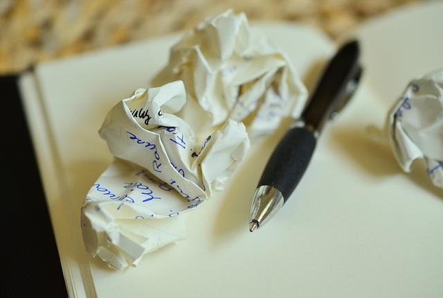 összegyűrt papír, toll