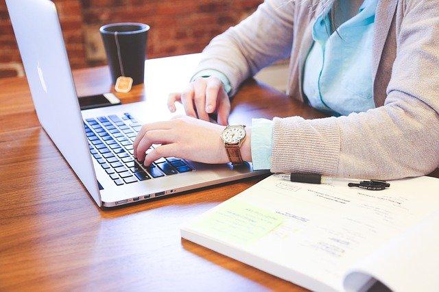 laptopon gépelő nő